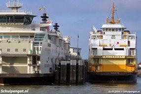 Wat een schaalverschil! Links de Dokter Wagemaker en rechts de eerste TESO-dubbeldeksveerboot Molengat (1980).