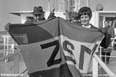 Nadat de TESO-vlag vier in de top hangt, poseert men met de ZSM-vlag. ZSM staat voor Zaanlandse Scheepsbouw Maatschappij, de werf waar de Marsdiep gebouwd is.