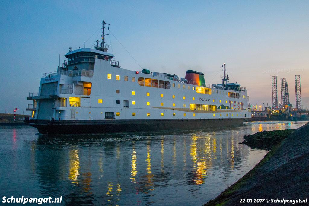 De veerboot Schulpengat van de TESO-bootdienst naar Texel in de veerhaven van Den Helder