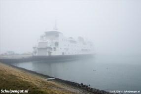 Na de laatste afvaart meert de Schulpengat weer aan bij de NIOZ-haven, niet ver van 't Horntje. Hier zien we de veerboot verhuld in dichte mist, begin maart 2018.