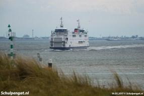 Boven de Texelse duintjes bij 't Horntje zien we de Schulpengat de veerhaven naderen in mei 2017.