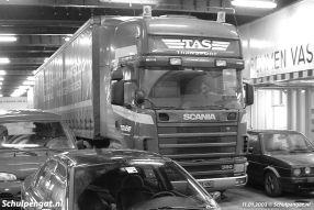 Een vrachtwagenchauffeur rust even uit in zijn cabine terwijl de Molengat naar de overkant vaart. Het onderste autodek had iets meer ruimte dan het autodek van de enkeldekkers Marsdiep en Texelstroom.