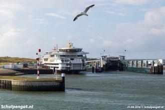 De Texelstroom ligt in de veerhaven van 't Horntje, gezien vanaf de dubbeldekker Schulpengat (1990).