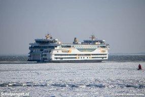 We zien het TESO-vlaggenschip Texelstroom in het IJs varen op het Marsdiep tussen Den Helder en Texel.