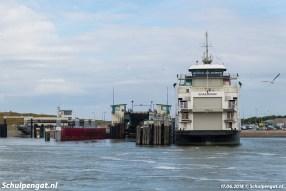 De Schulpengat ligt er eenzaam bij in de veerhaven van 't Horntje. De Texelstroom en de Dokter Wagemaker varen op het Marsdiep.