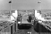 De heftorens en de nieuwe fuik van Texel in gebruik. De foto is gemaakt vanaf de enkeldekker Marsdiep.