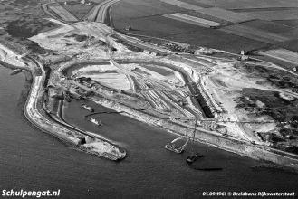 De nieuwe veerhaven van Texel begint er in september 1961 steeds meer uit te zien als veerhaven.