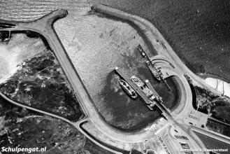 In 1964 werd de veerhaven van 't Horntje uitgebreid met de fuik voor kopladingsschepen. Hier zien we de Marsdiep in de fuik liggen.
