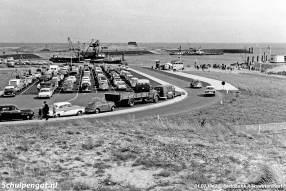 Het veerplein van 't Horntje in 1962. In de haven is Rijkswaterstaat nog druk bezig met afrondingswerkzaamheden.