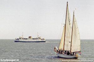 Hr. Ms. Urania en de veerboot naar Texel