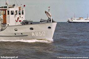 Een foto van het duikvaartuig Hr. Ms. Nautilus (1965) met op de achtergrond de Texelse boot Marsdiep (1964).