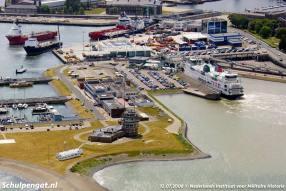 Drukte in Den Helder tijdens de Vlootdagen. Deze luchtfoto van de veerhaven is gemaakt vanuit een helikopter van Defensie.