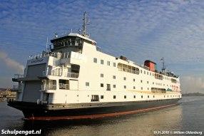Na onderhoud in Amsterdam keert de Schulpengat weer terug naar Texel. Hier passeert de dubbeldeksveerboot IJmuiden.