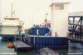 De TESO-enkeldekkers Marsdiep (links) en Texelstroom (rechts) tijdens een storing van de brug, waardoor passagiers het schip moesten verlaten via de fuik.