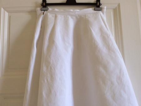 Weißer Sommerrock mit Hindernissen