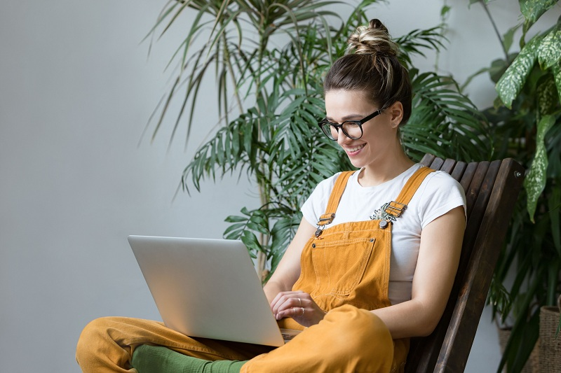 girl chatting in laptop
