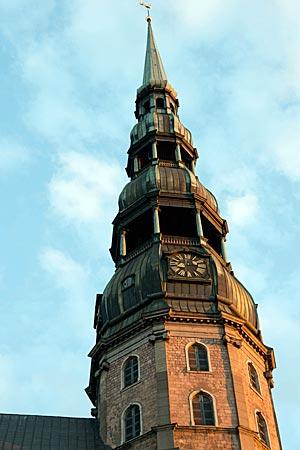 Lettland - Riga - Turm des Doms Sankt Peter in Riga in der Abenddämmerung