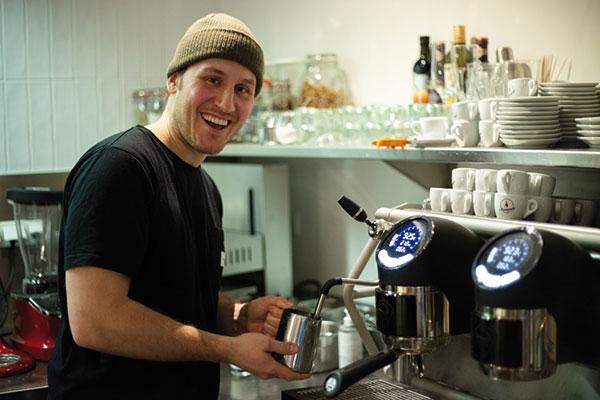 Christian Speicher beim Kaffeemachen | © Christopher Spiegel