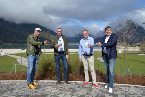 Präsentierten nicht nur beim Schuhwerk ein buntes Programm (von links): Schirmherr Bernhard Aichner, Verleger Markus Hatzer, Autor Herbert Dutzler und Martin Tschoner (Achensee Tourismus) | © www.achensee-literatour.at