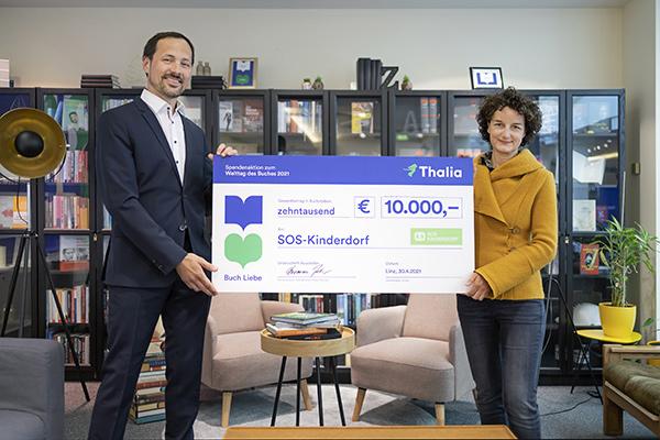 Thomas Zehetner (Geschäftsführer Thalia) übergibt einen Scheck in Höhe von 10.000 Euro an Nora Deinhammer (Geschäftsführerin SOS-Kinderdorf) | © Thalia