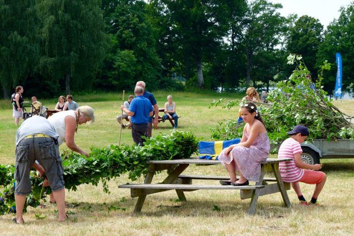 Alle helfen mit beim Schmücken des Majstång. (Foto Andrea Ullius)