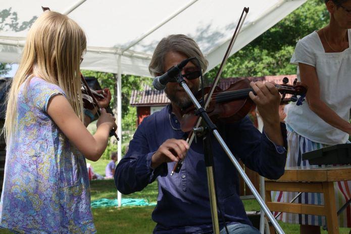 Die Musik spielt traditionelle Midsommar-Lieder. (Foto Andrea Ullius)