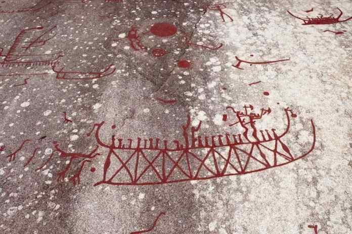 Viele Darstellungen von Schiffen sind zu sehen. Die Striche sind Symbole für die Anzahl Menschen auf dem Schiff. (Foto Andrea Ullius)