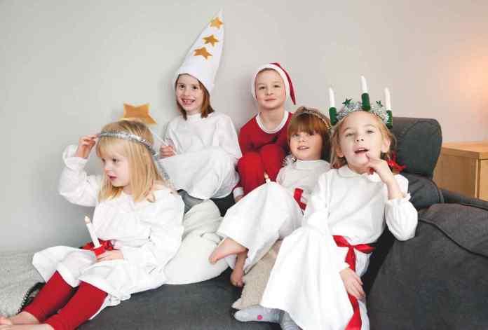 Die Lucia braucht Begleitung. Da machen natürlich alle mit. (Foto: Cecilia Larsson Lantz/imagebank.sweden.se)