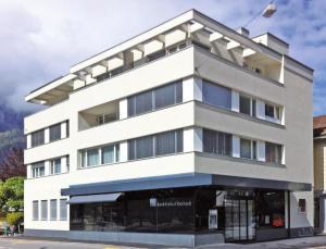 Das frisch renovierte Bankgebäude der BBO in Meiringen ist an attraktiver Lage. Quelle: BBO Bank Brienz Oberhasli AG