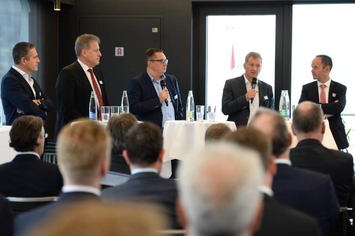 Stefan Schulthess, Markus Graf, Urs Wagenseil und Norbert Patt (v.l.n.r.) diskutieren unter der Leitung von Björn Zern (Mitte). Bild: Sandra Blaser