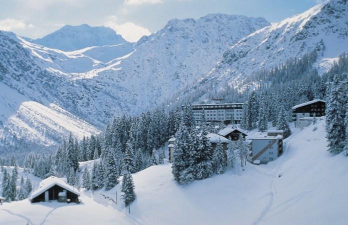 Viel Schnee und Sonne wie hier auf dem Bild das Sunstar Hotel in Arosa stehen auf der Wunschliste bei Sunstar. Quelle: Sunstar Holding AG