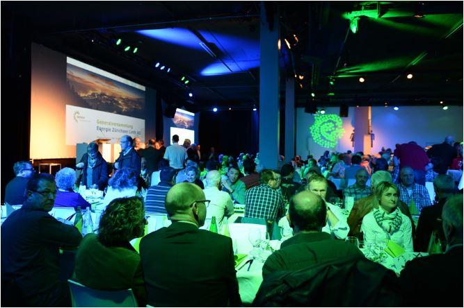 Rund 300 Aktionäre und Gäste besuchten die GV der Energie Zürichsee Linth AG. Bild: Sandra Blaser