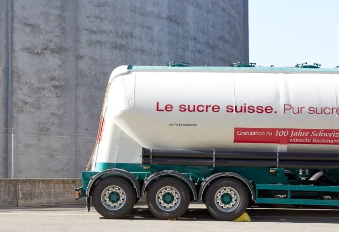 Lastwagen transportieren losen Zucker zu den Kunden.