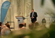 Björn Zern präsentiert die Umfrageergebnisse am Branchentalk Regionalbanken 2018. Bild: schweizeraktien.net / Sandra Blaser