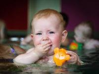 Baby beim Babyschwimmen