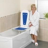 Mujer mostrando el elevador de bañera Master