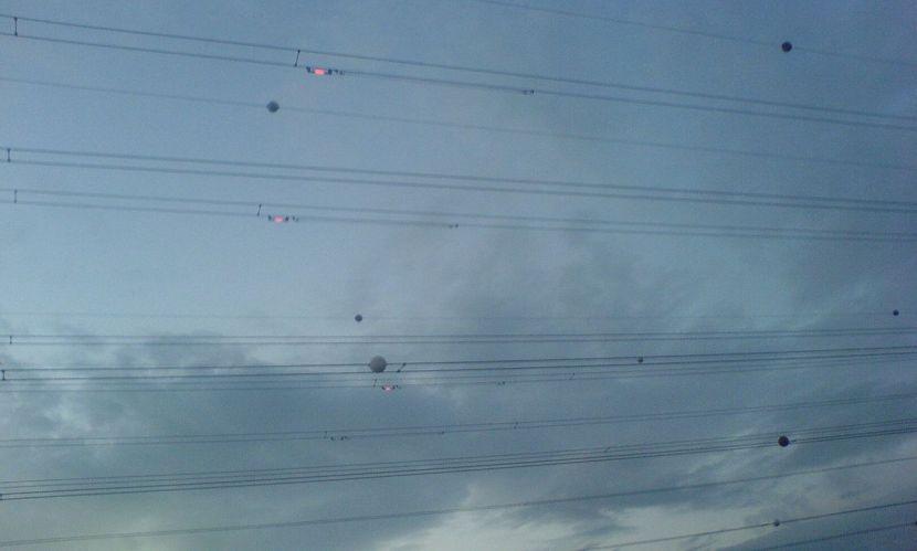 Fotografia mostrando balizas Balisor em uso em cabos de alta tensão