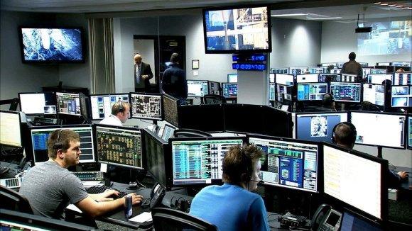 Pessoas da Nasa trabalhando Escritório de Gerenciamento de Controle de Lançamento em Cabo Canaveral
