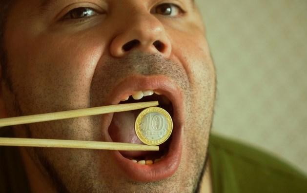 Empresário comendo dinheiro em um fundo branco (maradon 333) s