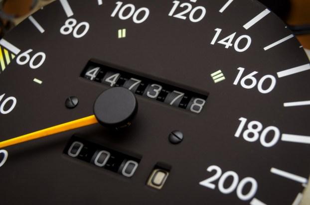 Feche acima do tiro de um velocímetro em um carro.  Painel do carro (Yaroslau Mikheyeu) s