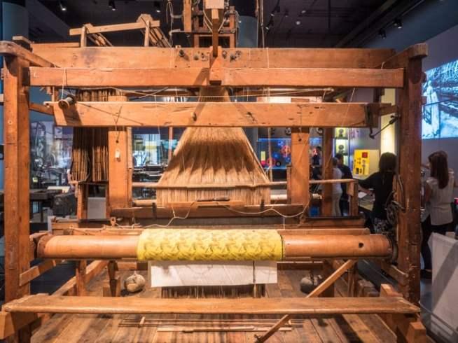 O tear jacquard é um tear que simplifica o processo de fabricação de têxteis com padrões tão complexos quanto o brocado (Mariusz S. Jurgielewicz) s