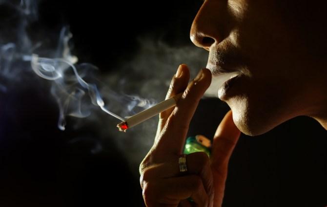 homem fumando cigarro (nasruleffendy) s