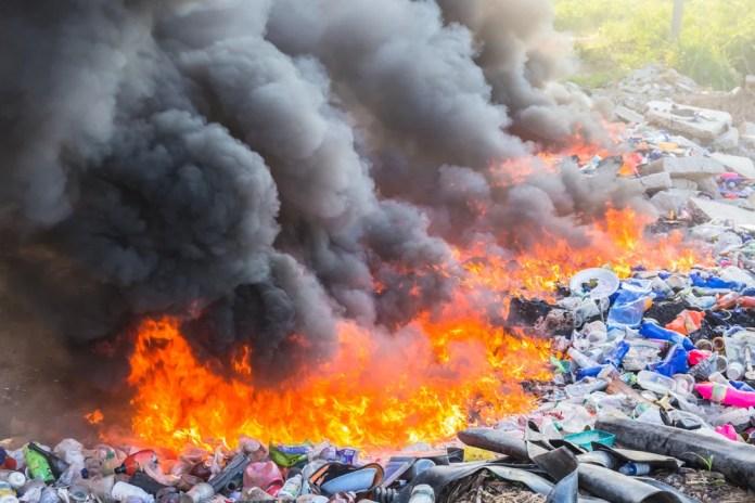https://i2.wp.com/www.scienceabc.com/wp-content/uploads/ext-www.scienceabc.com/wp-content/uploads/2020/02/Burning-garbage-heap-of-smoke-from-a-burning-pile-of-garbageSmerbyStudios.jpg-.jpg?resize=696%2C464&ssl=1