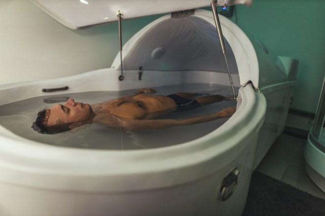 Homem relaxado está flutuando em um tanque de privação sensorial (MilanMarkovic78) S
