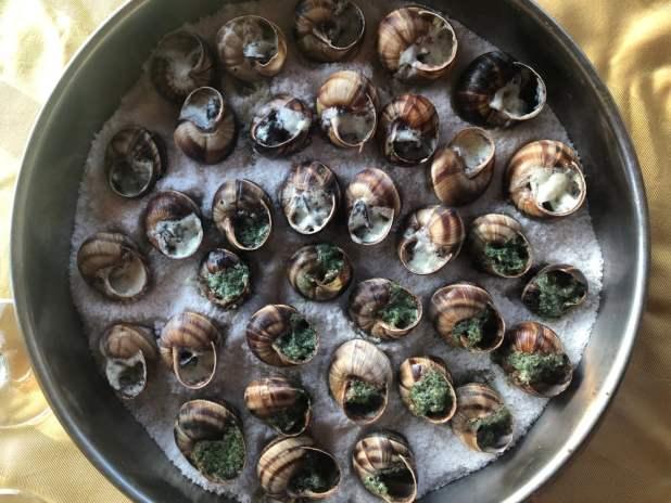 Caracóis da Borgonha em um prato com sal (Rita Piermiakova) s