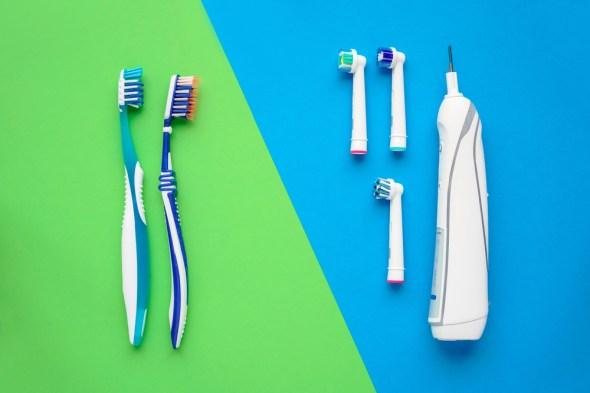 Escovas de dente elétricas e manuais (Ugis Riba) s