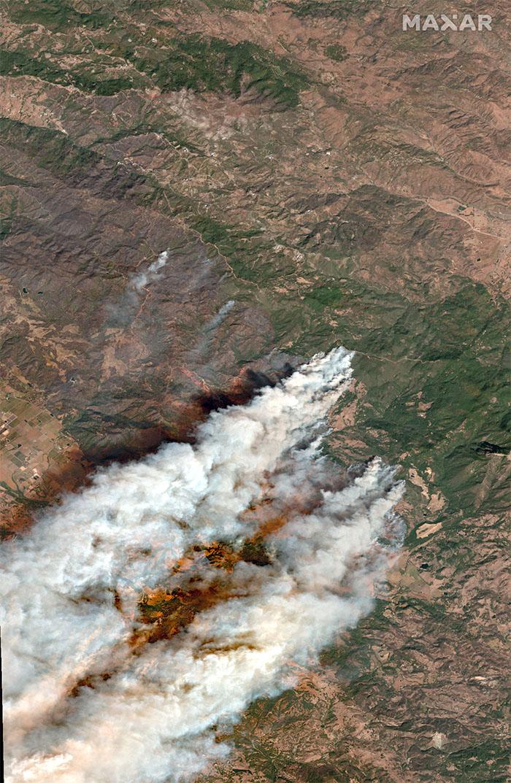 Натуральное цветное спутниковое изображение пожара Кинкейда в округе Сонома, Калифорния, 27 октября 2019 года.