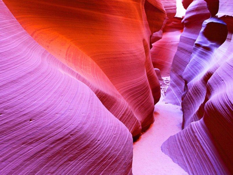 Antílope-cañón-localizado-cerca-página-arizona-es-el-más-fotografiado-cañón-en-el-americano-suroeste-viajero-aquí-a-captura-su-obra- Admirando su textura de onda suave