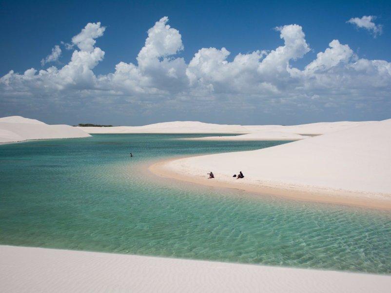 A-primera vista-el-lencois-maranhenses-arena-dunas-del-noreste-brasil-mirar-como-su-media-conjunto-de-arena-dunas-pero-los-valles- Agua-desde-la-tierra-baja-a menudo-inundación-durante-la-estación-pescado-incluso-vivir-en-las-piscinas