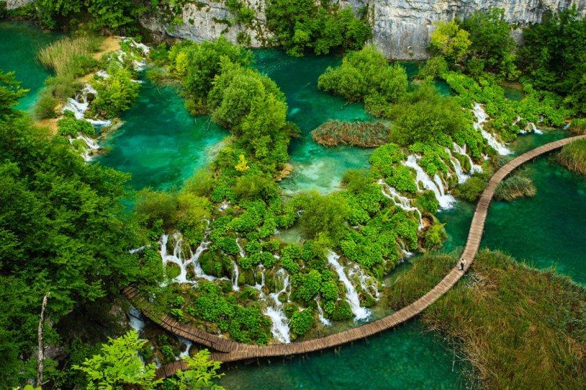 Croatias-plitvice-lagos-parque-nacional-es-ambos-uno-de-sur-sur-europa-los parques antiguos-y-croacia-los-más-16-interconectados-lagos-entre-mala-kapela- Pljeivica-montaña-los-lagos-son-rodeado-por-exuberantes-bosques-y-cascadas-w
